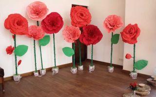 Бумажные цветы для оформления зала своими руками — 13 идей с фото
